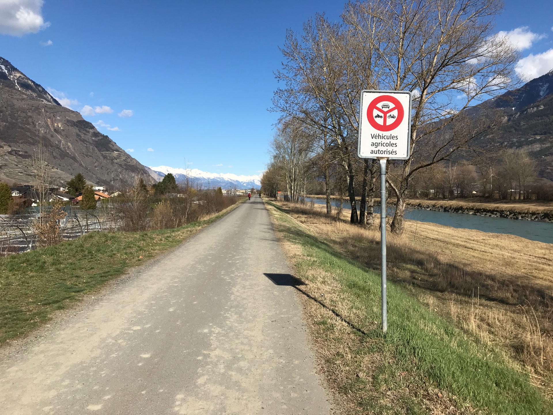 Ce panneau, qui ne mentione pas les riverains, mais ils sont tout de même autorisés à circuler ici. Toujours à 80 km/h. Enfin peut-être (lire ci-dessous).