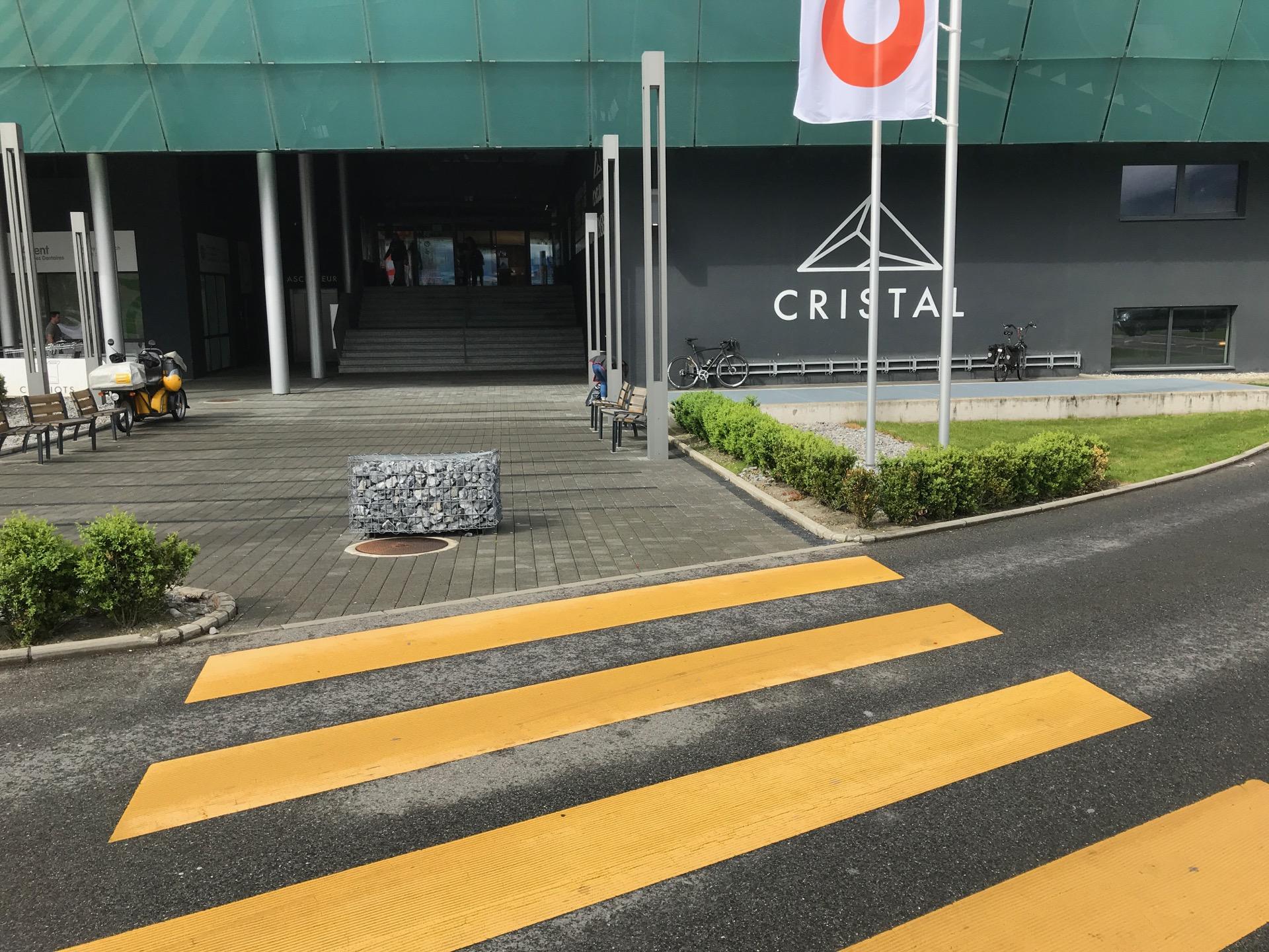 L'accès des personnes à vélo se fait par ce passage piéton.