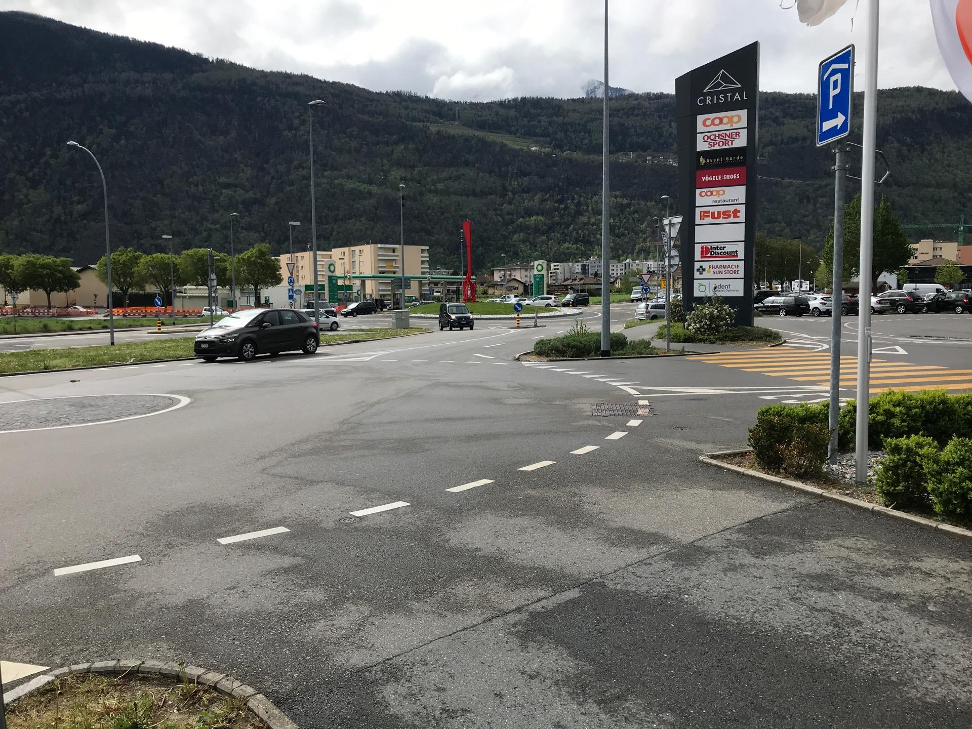 Un autre accès possible à vélo: par le trottoir et le passage piéton sur la droite.