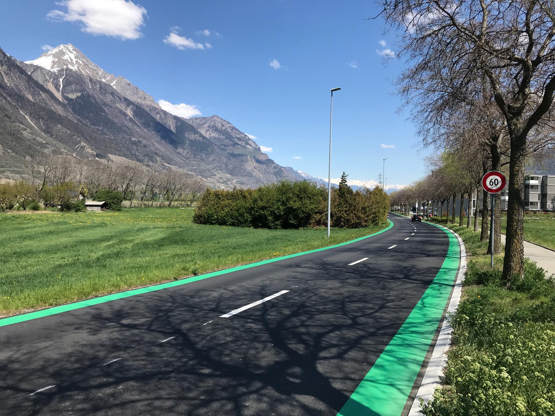 Idée folle à l'avenue des Grandes Maresches: réduire vraiment la largeur de la route et aménager une piste cyclable pour tous ceux qui habitent le quartier.